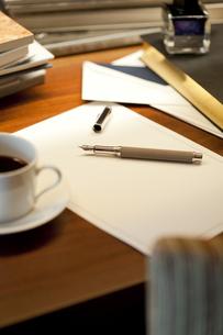 デスクの紙の上に置かれた万年筆の写真素材 [FYI04311739]