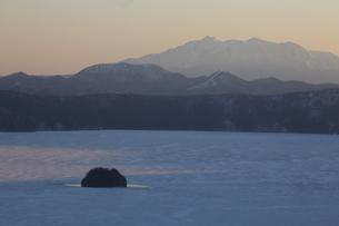 北海道摩周湖と冬景色の写真素材 [FYI04311775]