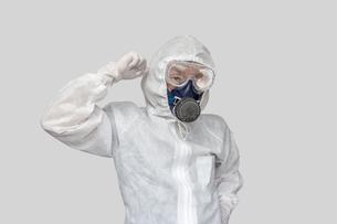 防護服を身に着けガッツポーズの男性1人の写真素材 [FYI04311858]