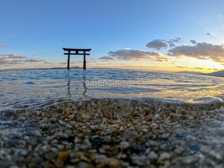 白髭神社と夕日1の写真素材 [FYI04311891]