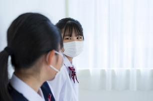 マスクをしている女子学生2人の写真素材 [FYI04312086]