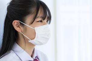 マスクをしている女子学生の横顔の写真素材 [FYI04312087]