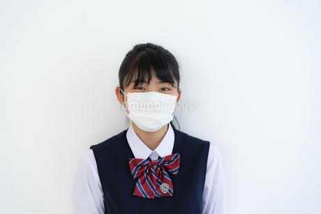マスクをしている女子学生の写真素材 [FYI04312089]