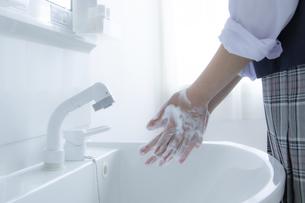 手洗いをする女子学生の手元の写真素材 [FYI04312090]