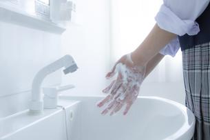 手洗いをする女子学生の手元の写真素材 [FYI04312091]