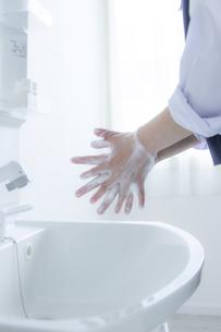 手洗いをする女子学生の手元の写真素材 [FYI04312095]