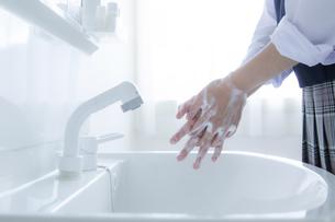 手洗いをする女子学生の手元の写真素材 [FYI04312098]