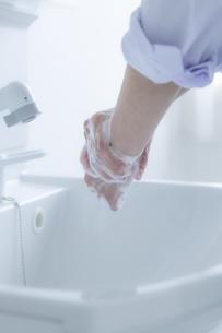 手洗いをする女子学生の手元の写真素材 [FYI04312103]