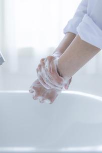 手洗いをする女子学生の手元の写真素材 [FYI04312105]