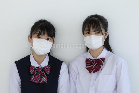 マスクをしている女子学生2人の写真素材 [FYI04312114]