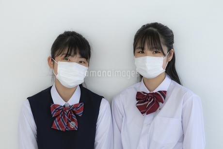 マスクをしている女子学生2人の写真素材 [FYI04312115]