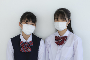マスクをしている女子学生2人の写真素材 [FYI04312116]