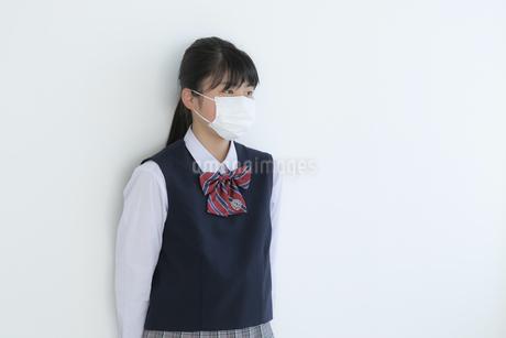 マスクをしている女子学生の写真素材 [FYI04312118]