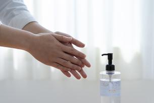 アルコール除菌をする女性の手元の写真素材 [FYI04312131]