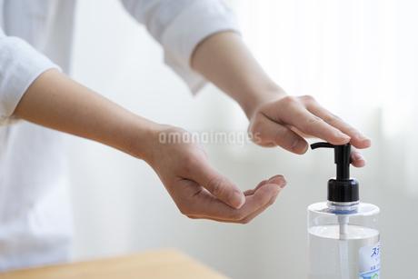 アルコール除菌をする女性の手元の写真素材 [FYI04312135]