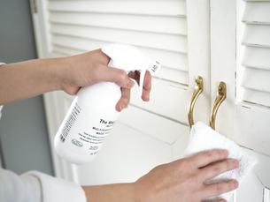 除菌スプレーで拭き掃除をする女性の手元の写真素材 [FYI04312138]