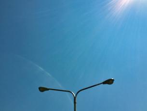 2020/4 輝く太陽と青空と外灯の写真素材 [FYI04312250]
