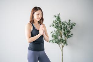 Woman practicing yoga in studio.の写真素材 [FYI04312411]