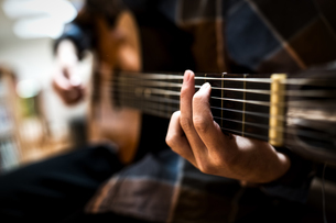ギターを弾く人牛の標識の写真素材 [FYI04312421]