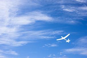 青空に紙飛行機のイラスト素材 [FYI04312499]