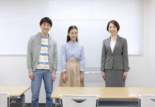 笑顔の先生と学生2人の写真素材 [FYI04312712]