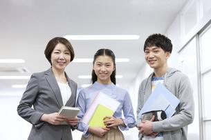笑顔の先生と学生2人の写真素材 [FYI04312715]