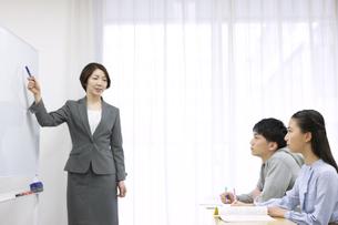 授業中の先生と学生2人の写真素材 [FYI04312721]