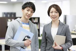 笑顔の先生と男子学生の写真素材 [FYI04312734]