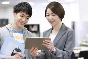 タブレットPCを見る先生と男子学生の写真素材 [FYI04312735]