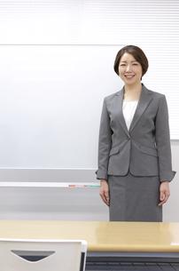ホワイトボードの前に立つ女性の写真素材 [FYI04312837]