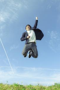 ジャンプする男子学生の写真素材 [FYI04312866]