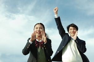 応援する女子学生と男子学生の写真素材 [FYI04312877]