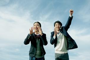 応援する女子学生と男子学生の写真素材 [FYI04312878]