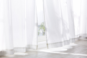 白い床と白いカーテンの写真素材 [FYI04313163]