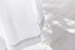 白い床と風に揺れる白いカーテンの写真素材 [FYI04313165]