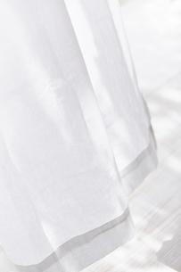 白い床と風に揺れる白いカーテンの写真素材 [FYI04313166]