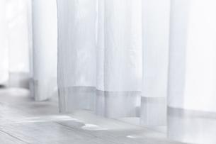白い床と白いカーテンの写真素材 [FYI04313168]