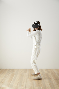 VRゴーグルをつけている女性の写真素材 [FYI04313178]