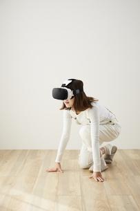 VRゴーグルをつけている女性の写真素材 [FYI04313179]