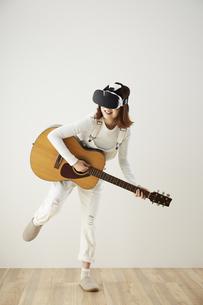 VRゴーグルをつけている女性の写真素材 [FYI04313182]