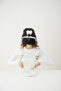 VRゴーグルをつけている女性の写真素材 [FYI04313184]
