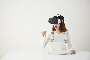 VRゴーグルをつけている女性の写真素材 [FYI04313185]