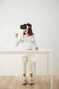 VRゴーグルをつけている女性の写真素材 [FYI04313186]