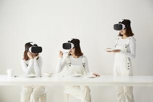 VRゴーグルをつけている女性の写真素材 [FYI04313187]