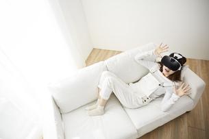 VRゴーグルをつけている女性の写真素材 [FYI04313190]