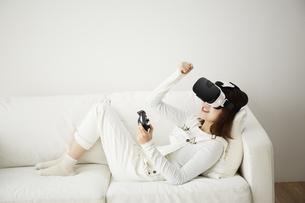 VRゴーグルをつけている女性の写真素材 [FYI04313192]
