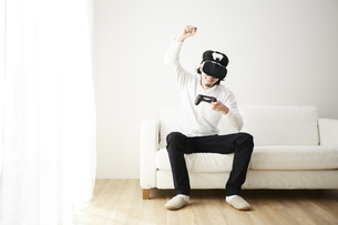 VRゴーグルをつけている男性の写真素材 [FYI04313193]