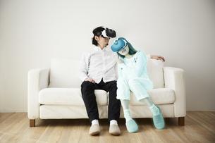 VRゴーグルをつけている男性と女性の写真素材 [FYI04313198]