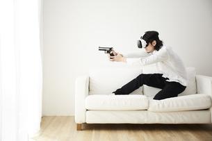 VRゴーグルをつけている男性の写真素材 [FYI04313201]