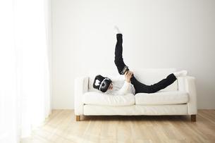 VRゴーグルをつけている男性の写真素材 [FYI04313202]